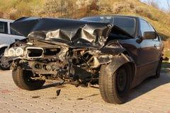 La nuova automobile ha danneggiato in un incidente. Immagini Stock Libere da Diritti
