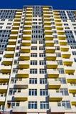 La nuova costruzione con il balcone e le finestre ammucchiano, la tecnologia moderna, Fotografie Stock Libere da Diritti