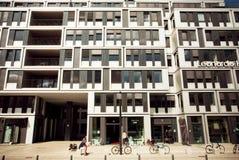 La nuova costruzione dell'hotel è uno stile architettonico moderno in città storica Fotografie Stock