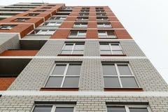 La nuova costruzione di mattone multipiana moderna del ` 40 alloggia il `, città del distretto di Krasnooktyabrsky di Volgograd U Immagini Stock Libere da Diritti