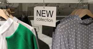 La nuova raccolta firma nel deposito dei vestiti con i ganci stock footage