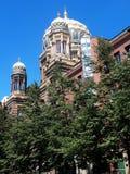 La nuova sinagoga con suo brillare, cupola accentata dorata può essere veduta attraverso Berlino che splende nel sole immagini stock libere da diritti