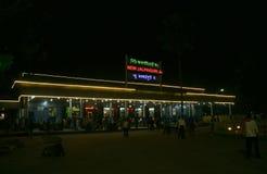 La nuova stazione ferroviaria di Jalpaiguri colourfully si è accesa alla notte Fotografia Stock Libera da Diritti