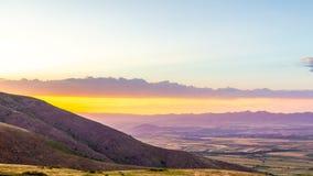 La nuvola del rotolo si sposta per la valle dell'ovest selvaggio al tramonto 4K Timelaps video d archivio