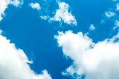 La nuvola ed il cielo blu Immagine Stock