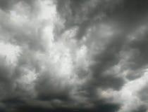 La nuvola nera dentro alla tempesta fotografie stock