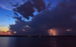 La nuvola temporalesca adombra il sole Fotografia Stock Libera da Diritti