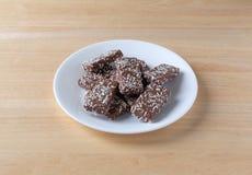 La oblea del chocolate con el coco forma escamas las galletas en una placa blanca Fotos de archivo libres de regalías