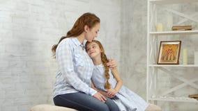 La oferta abraza a la muchacha abraza al niño almacen de metraje de vídeo