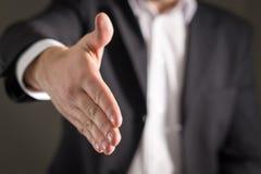 La oferta del hombre de negocios y da la mano para el apretón de manos Foto de archivo libre de regalías