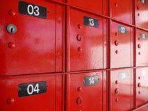 La oficina de correos: detalle rojo de las cajas Fotos de archivo