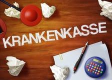 La oficina de escritorio de la calculadora de la nota de Krankenkasse piensa organiza Fotografía de archivo libre de regalías