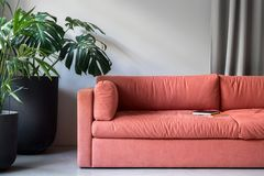 La oficina elegante con la zona para se relaja con el sofá foto de archivo