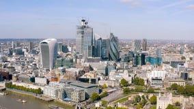 La oficina moderna se eleva visión aérea en negocio y distrito financiero en Londres imágenes de archivo libres de regalías