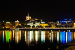 La oficina vieja de la noche de la línea de costa de la ciudad de Ginebra enciende H Foto de archivo libre de regalías