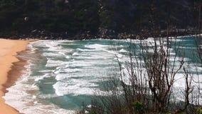 La onda acomete a la orilla almacen de metraje de vídeo