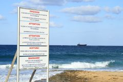 La onda de la advertencia del peligro del mar del soporte del escudo para el verano Imagen de archivo libre de regalías
