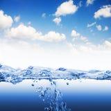 La onda de agua con salpica y burbujea Fotos de archivo libres de regalías
