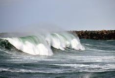 La onda de fractura adentro arrulla bahía fotos de archivo libres de regalías