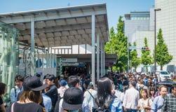 La onda de la gente está intentando entrar a la estación de Harajuku en días de fiesta de oro de la semana Imagen de archivo libre de regalías