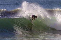 La onda de la persona que practica surf de la muchacha talla   Imágenes de archivo libres de regalías