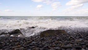 La onda drena nuevamente dentro del mar MES lento almacen de video