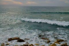 La onda espumosa blanca viene en tierra Imágenes de archivo libres de regalías