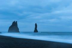 La onda golpeó la orilla de la arena negra, Islandia del sur fotografía de archivo libre de regalías