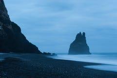 La onda golpeó la orilla de la arena negra, Islandia del sur imagen de archivo