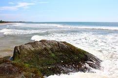 La onda golpea la roca, Bentota Fotografía de archivo