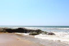 La onda golpea las rocas, Sri Lanka Imágenes de archivo libres de regalías