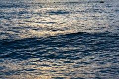 La onda nace en el océano Imagen de archivo libre de regalías
