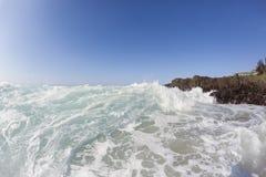 La onda oscila la playa Fotos de archivo libres de regalías