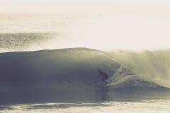 La onda que practica surf perfecta Imágenes de archivo libres de regalías