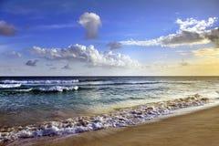 La onda se estrella encendido a la orilla Fotografía de archivo