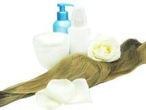 La onda y la crema hidratante del pelo con fresco se levantaron Foto de archivo libre de regalías