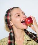 La opci?n alimenticia tentaci?n fruta del verano de la cosecha de la primavera Cultivo de concepto Dientes sanos huerta, muchacha imagen de archivo libre de regalías