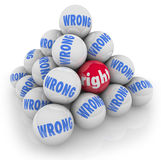 La opción correcta de la bola entre alternativas incorrectas escoge la mejor opción Imagen de archivo