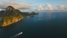 La opinión aérea de la bahía hermosa Islas tropicales
