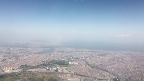 La opinión aérea de la ciudad tiró del avión o del helicóptero almacen de metraje de vídeo