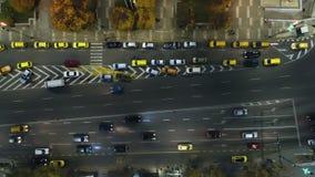 La opinión aérea de la noche de coches y la calle trafican en la ciudad en el centro de la ciudad Varna, Bulgaria almacen de metraje de vídeo