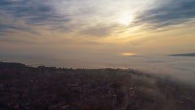 La opinión aérea de la puesta del sol sobre la catedral de la suposición en Varna, Bulgaria y la calle trafican en el centro de c metrajes