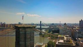 La opinión aérea del abejón el puente de Nueva York Brooklyn y Hudson River, cierra para arriba la visión una bandera almacen de metraje de vídeo