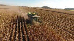 La opinión aérea del abejón 4k sobre cosechadora enorme de la agricultura acarrea los vehículos de las máquinas que cosechan trig almacen de video