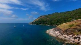 La opinión aérea del helicóptero del yate amarró en una bahía cerca de la playa, donde la gente está nadando y está teniendo sunb Imagen de archivo libre de regalías