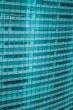 La opinión aérea del horizonte moderno panorámico de la ciudad de edificios en área financiera en Tokio y el cielo azul vivo asol foto de archivo