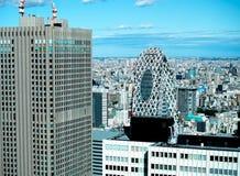 La opinión aérea del horizonte moderno panorámico de la ciudad de edificios en área financiera en Tokio y el cielo azul vivo asol imagen de archivo
