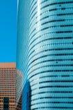 La opinión aérea del horizonte moderno panorámico de la ciudad de edificios en área financiera en Tokio y el cielo azul vivo asol foto de archivo libre de regalías