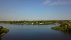 La opinión aérea del paisaje hermoso del río del pequeño pueblo, abejón tiró de horizonte rural del verano almacen de video