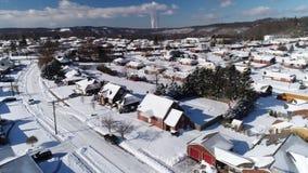 La opinión aérea delantera de levantamiento del invierno del moho ceñe la vecindad almacen de metraje de vídeo